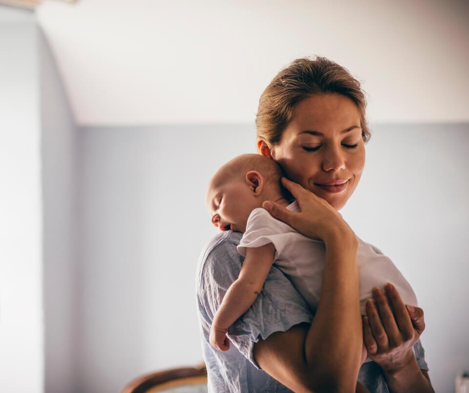 mum-hugging-newborn-sleepling