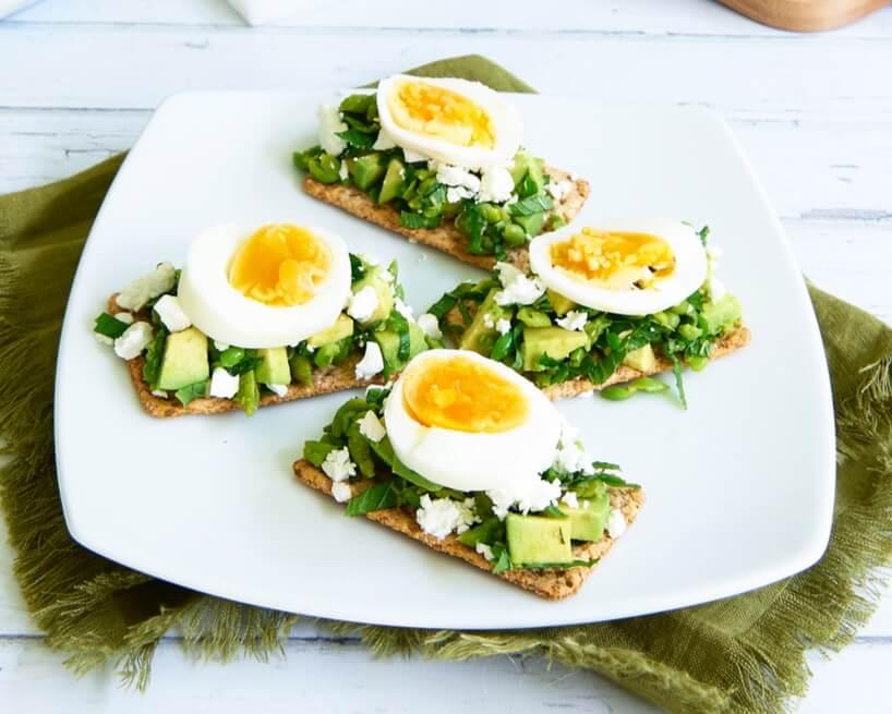 Smashed_Pea_Feta_Avo_Egg_Crackers