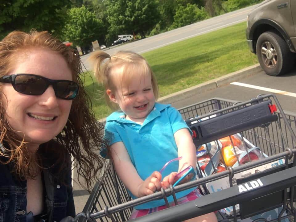 Healthy-Mommy-Robyn-grocery-shopping-with-daughter
